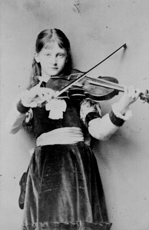 Alexandra Kitchin with violin